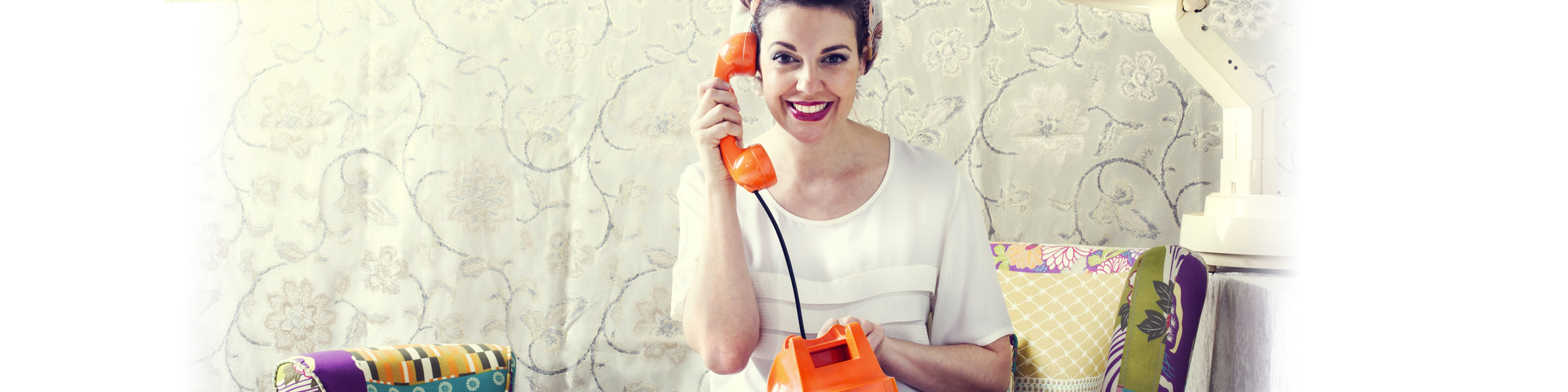 femme-orange-telephone